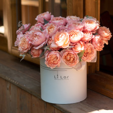 Букет из пионовидной кустовой розы в шляпной коробке #63